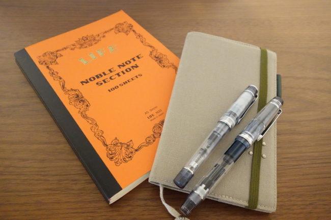 ノートと万年筆の写真