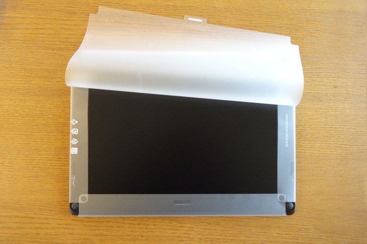 Surface Laptop 3 のラップをはがす画像