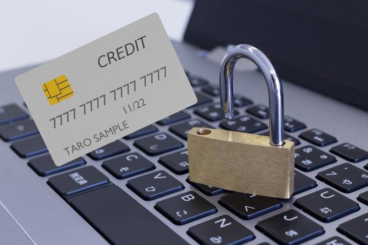 クレジットカードとパソコンの写真